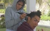 Ở nhà tránh Covid-19, Ronaldo hớn hở nhờ bạn gái... cắt tóc
