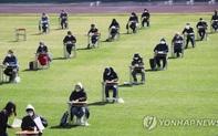 Thi cử Hàn Quốc mùa dịch: Sinh viên bắt buộc đo thân nhiệt, đeo khẩu trang và ngồi xa nhau ít nhất 5 mét