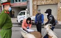 Đã có 3 người Hà Nội đầu tiên bị xử phạt vì ra đường khi không cần thiết