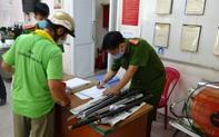 Người dân trung tâm TPHCM giao nộp vũ khí, vậy liệu nổ, công cụ hỗ trợ… được tặng gạo