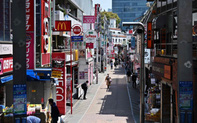 Ngày đầu tiên áp dụng tuyên bố khẩn cấp, cuộc sống người dân Nhật Bản thay đổi lạ thường