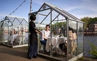 'Nhốt' thực khách vào nhà kính bên sông, chiêu mới trong mùa dịch giúp một nhà hàng kín chỗ từ giờ đến cuối tháng 6