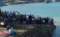 Hàng trăm người theo dõi tìm kiếm nam sinh lớp 10 tử vong ở hồ nước của mỏ đá