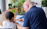 """Thu Minh khoe chồng Tây dạy học cho con trai, nhưng dân mạng tinh ý phát hiện ra chi tiết """"khác lạ"""" từ cả 2 bố con"""