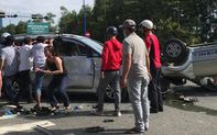 Hai ô tô chở nhiều trẻ nhỏ tông nhau giữa ngã tư rồi lật ngửa, ít nhất 7 người bị thương