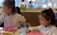 """Thấy 2 con gái cứ nhớn nhác nhìn bàn bên cạnh, mẹ tò mò ngó sang thì """"câm nín"""" khi biết nguyên do"""