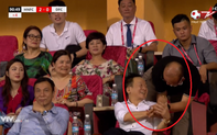 """Tái hiện """"cú bắt tay lịch sử"""", thầy Park mới là điểm nhấn trong trận cầu kỳ lạ của Hà Nội"""