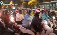 """VIDEO: Hà Nội mưa lớn giờ tan tầm, nhiều tuyến đường tắc nghiêm trọng, người dân """"trèo"""" vỉa hè hối hả về nhà"""