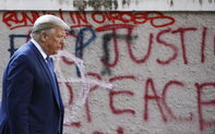 """Rối loạn trong nước """"vén màn"""" sự cô lập Tổng thống Trump đang hứng chịu từ châu Âu?"""