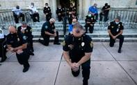 Vứt bỏ dùi cui, cảnh sát quỳ gối và ôm những người biểu tình, thể hiện sự đoàn kết mà nước Mỹ đang rất cần ngay lúc này