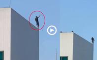 """Clip: Nam thanh niên """"bình tâm như người đi trên dây"""" trên nóc tòa nhà cao tầng khiến dân mạng hốt hoảng"""