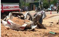 Thanh Hóa: Xe ben lật đè bẹp ô tô con, 3 người tử vong, một cháu bé bị thương nặng