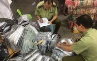Thu giữ gần 4.700 sản phẩm quần áo, dây lưng có dấu hiệu giả, nhái nhãn hiệu nổi tiếng... tại khu Ninh Hiệp