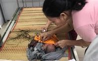 Bình Dương: Một bé sơ sinh còn nguyên dây rốn bị bỏ rơi ngoài bãi cỏ