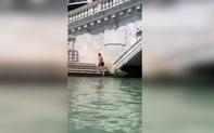 """""""Liều mình"""" bơi ở kênh đào Venice: Du khách Đức hứng án phạt 18 triệu VND"""