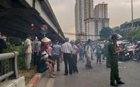 Hà Nội: Cả tuyến đường ùn tắc do gia đình nạn nhân kéo đến hiện trường vụ tai nạn 1 năm trước