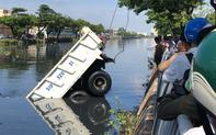 TP. HCM: Xe ben đang chạy bất ngờ lao đầu xuống kênh Tàu Hủ, tài xế hoảng hồn tung cửa bơi vào bờ
