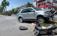 """Xe Tỉnh ủy Nghệ An """"hất văng""""người phụ nữ đi xe đạp điện"""