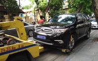 Hà Nội: Người dân bức xúc vì ô tô biển xanh dừng đỗ gây tắc đường, CSGT mang xe đến cẩu