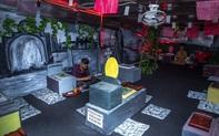 """Dân mạng hốt hoảng với đoạn clip về quán cà phê tại Sài Gòn bên trong là một """"nghĩa trang"""" và khách ngồi thưởng thức đồ trên những """"ngôi mộ"""""""