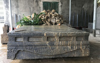 Phát hiện một sập đá nghi là di vật cổ tại Ninh Bình