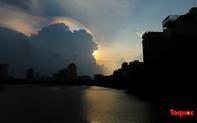 Quầng mây tán sắc xuất hiện trên bầu trời Hà Nội