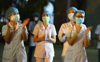 Người dân cùng y bác sĩ vỗ tay hát vang trong giây phút dỡ phong tỏa