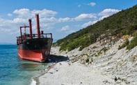 24h qua ảnh: Bão đưa tàu hoang trôi dạt vào bờ biển Nga
