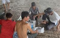 Bất chấp lệnh giãn cách xã hội, nhóm người tổ chức ăn nhậu trên vỉa hè