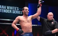 Giành chiến thắng thuyết phục để có hợp đồng tại UFC, võ sĩ bất bại có màn ăn mừng cực chất