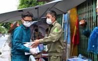 Ảnh: Lực lượng chức năng túc trực, hỗ trợ cung cấp nhu yếu phẩm vào khu cách ly tại Phúc Diễm nơi bệnh nhân 714 sinh sống