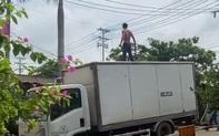 Người đàn ông nghi ngáo đá leo lên nóc xe tải khiến nhiều người hoảng sợ