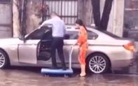 Người đàn ông ăn mặc lịch sự đứng trên xe đẩy để một phụ nữ (nghi là vợ) đưa lên ô tô cho khỏi ướt giày khiến dân mạng tranh cãi kịch liệt