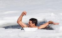 Thợ lặn người CH Séc gây kinh ngạc với kỷ lục không tưởng được thực hiện tại hồ băng