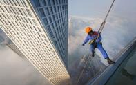 'Đổ mồ hôi hột' với những bức ảnh về công việc lau cửa kính tại các tòa nhà chọc trời tại Dubai