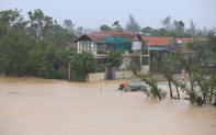 Nước lũ dâng cao tràn vào nhà dân ở Quảng Bình