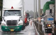 Mưa lớn ngập tuyến đường QL1A, CSGT dầm mưa điều tiết giao thông