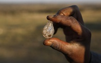 Nghìn người ùn ùn kéo tới 'cày cuốc' vùng đất sỏi đá ngổn ngang, cằn cỗi - Có kim cương?!