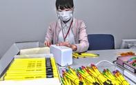 Công chức Nhật Bản cuống cuồng gọt bút chì để chuẩn bị cho ngày bầu cử