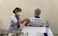 """Ảnh: Những nhân viên y tế đầu tiên tại """"tâm dịch"""" Hải Dương được tiêm vắc xin COVID-19"""