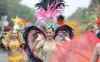"""Hàng vạn người đổ về Sầm Sơn dự lễ hội hoa, độ """"hot"""" của phố biển là đây chứ đâu"""