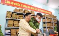 Những hình ảnh ấm áp của công an Hà Nội hỗ trợ người già, người tật nguyền làm căn cước công dân