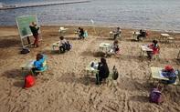Bất ngờ với một lớp học thực tế thú vị bên bờ biển giữa đại dịch