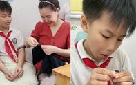 Học trò lớp 4 quấn chăn bông ngồi chờ ở bàn giáo viên, nghe nguyên nhân cô giáo tiết lộ ai nấy ôm bụng cười