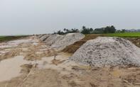 """Lập biên bản, xử lý hàng trăm khối cát """"lạ"""" lẫn vỏ sò biển tại dự án làm đường"""