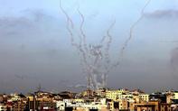 """Israel """"đáp trả"""" mạnh mẽ sau loạt pháo phản lực bắn từ Gaza"""
