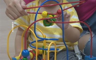 Vừa tắm xong chưa kịp mặc quần áo, bé gái 1 tuổi bị rách hậu môn vì vấp ngã vào món đồ chơi quen thuộc