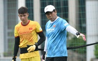 HLV từng dự World Cup liên tục sửa lỗi cơ bản, kiên nhẫn làm mẫu cho thủ môn U22 Việt Nam