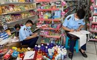 """Thu giữ hơn 400 sản phẩm nhập lậu tại cửa hàng """"Gì cũng có"""""""