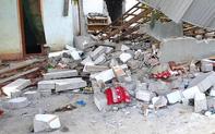 Xô bức tường nhà cũ để xây mới, 2 người bị gạch vữa đè thương vong